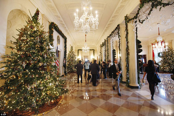 white house christmas decorating hallway White House Christmas Decorating Ideas